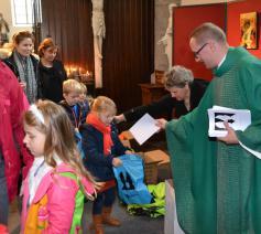 Bij de start kregen de kinderen een rugzakje om onderweg te vullen met opdrachten en voorwerpen … en hopelijk ook mooie herinneringen. © Geert Defauw