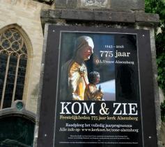 Affiche aan de trappen van de Onze-Lieve-Vrouwkerk van Alsmeberg