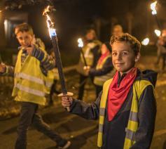 Ruim 1.000 jongeren namen deel aan de fakkeltocht door Bilzen bij het begin van de advent 2018. © Rudi Van Beek