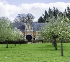 De geklasseerde en gerestaureerde ingangspoort van het klooster. © Karel Rymen