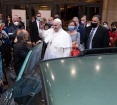 Paus Franciscus ontmoet een groep daklozen en vluchtelingen © Vatican Media