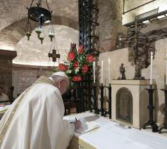 Paus Franciscus trok naar Assisi om zijn nieuwe encycliek over broederlijkheid te handtekenen bij het graf van zijn grote inspirator: de heilige Franciscus. © Vatican News