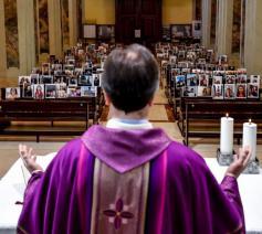 Italiaanse priester viert de mis met de foto's van zijn parochianen ... © Giuseppe Corbari