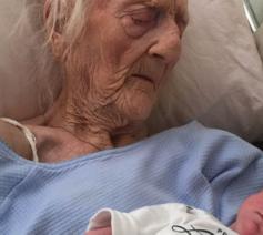 Foto: S. Hamm; 101-jarige R. Camfield met achterkleindochter, net voor haar dood