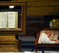 Het brevier en een foto van de de priester Jacques Hamel © Vatican Media