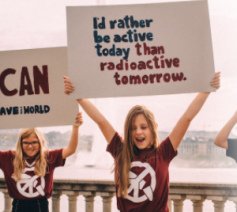 Jonge ICAN-sympathisanten roepen op om het VN-Verdrag te ondertekenen © ICAN