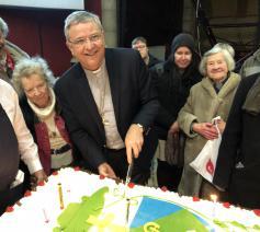Bisschop Johan Bonny snijdt de feesttaart aan © Bisdom Antwerpen