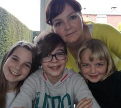 Barbara Van Overbeke met haar drie kinderen.