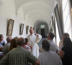 Pater Andreas geeft uitleg tijdens de rondleiding in de abdij van Averbode. © (c) Hans Heyerick