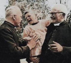 Ivo Cornelis (met kind op de arm) en priester Jan Van Kerckhoven, die zelf op zijn 14de in het jongenstehuis terechtkwam. © Mark Cornelis