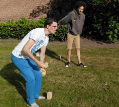 Opperste concentratie om met een patat de blokjes van de tegenstander omver te werpen © BVR