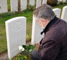 Mgr. Jean Kockerols legt een bloem neer bij het graf van Eric James Bate op Tyne Cot Cemetry © Hellen Mardaga