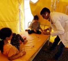 Een Jemenitische arts onderzoekt kinderen in een hospitaal in Sanaa © EPA