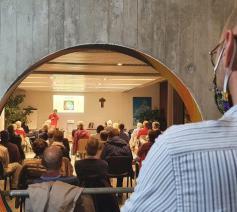 Joachim  Lesne modereert een Laudato sí-vergadering in het bisdom Luik  © VaticanNews