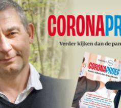Johan Van der Vloet en het magaboek 'Coronaproef' © Halewijn