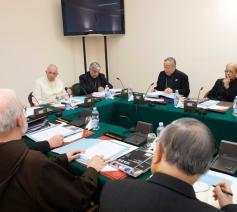 Paus Franciscus vergadert met de leden van de K9, de negenkoppige adviesraad van kardinalen © VaticanMedia