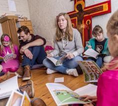Imke Bavay leest haar boekje 'Papa, waar is God' in de kinderwoorddienst. © Frank Bahnmüller