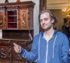 Dylan kiest een zware antieke kast. Perfect in het oude herenhuis dat hij kocht. © Frank Bahnmüller