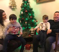 Katia en Rakan met Micheal en Rafael met het kerststalletje tussen hen in © Benoit Lannoo