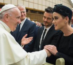Katy Perry ontmoette paus Franciscus in april 2018 tijdens een conferentie over gezondheid georganiseerd door het Vaticaan. © UCatholic
