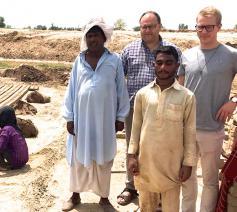 Kenny Brack: 'Ik was getroffen door de kinderarbeid in Pakistan. Bijna slavenarbeid.' © FB Kenny Brack