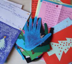 200 kinderen schreven brieven aan Syrische leeftijdgenootjes op de vlucht. © Caritas International