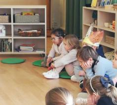 Kinderen luisteren geboeid naar het Godly Play verhaal in de Godly Play ruimte van Internaat Kinderland in Kortrijk © Zuster Hilde Huysentruyt