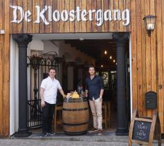 Kenny Hermans (links) en Koen Naulaerts voor hun pop-up De Kloostergang. © De Kloostergang