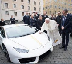 De sportwagen werd ook persoonlijk door de paus gesigneerd © Vaticaan Media