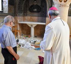 Bisschop Giacinto Boulos Marcuzzo meet de schade op © Latijnse patriarchaat van Jeruzalem