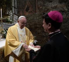 Overhandiging van de exhortatie over jongeren © Vatican Media