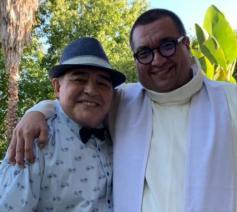 Pastoor Fabian Báez met voetballegende Diego Maradona © SIR