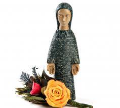 Mariebeeldje uit Opgrimbie met roos (Kerk in Nood) © Kerk in Nood
