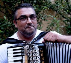 Martin wil niet alleen maar dé Roma zijn. Hij is sociaal werker in Gent. © 11.11.11