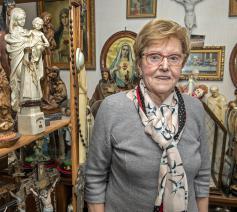 Maria Vanseveren bij haar collectie Mariabeelden.  © Joke Couvreur