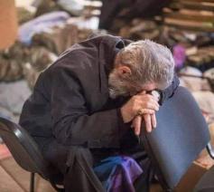 Mgr. Pargev Martirosjian, de Armeens-apostolische aartsbisschop van Artsakh, tussen het puin © Jakob Kürüm