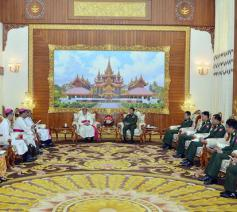 De bisschoppen bij de militaire stafchef van Myanmar © Facebook/Min Aung Hlaing