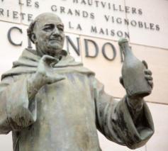Het standbeeld van Dom Pérignon bij 'Moët et Chandon'.  © Wikimedia / Victor Grigas