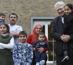 Mgr. Luc Van Looy op bezoek bij een Syrisch gezin in Bassevelde t.g.v. de Werelddag van de Migrant en de Vluchteling © Maîtrisse