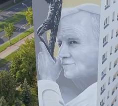 Paus Johannes-Paulus II op een appartementsblok in de Poolse stad Stalowa Wola. © Lucjuszn, Twitter