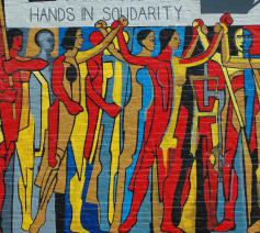 Muurschilderij Hands in solidarity Hands of Freedom © Flickr
