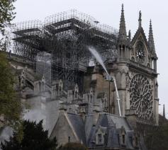 Dinsdag werd nog de hele dag nageblust aan de kathedraal in Parijs © SIR