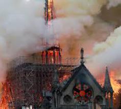 Kathedraal Notre-Dame Parijs door brandt verwoest © rr