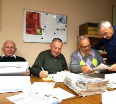 Gust, Staf, Vic, Louis klasseren de weekbladen 'Kerk en Leven' sinds hun verschijnen.