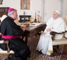Aartsbisschop Hollerich bij paus Franciscus © OSR/SIR