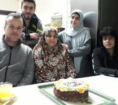 De Omarmers in Ieper samen met het gezin dat ze ontvingen