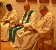Bij de concelebratie: paters Kumar, Stijn en Jan