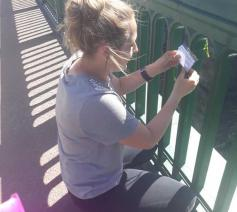 Paige Hunter bevestigt een briefje aan de Wearmouth brug in Engeland. De briefjes doorbreken de eenzaamheid van mensen die met een wanhoopsdaad in het hoofd zitten. © Love what Matters
