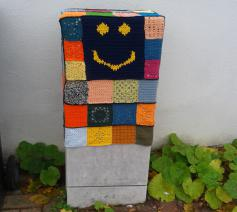 Patchwork op elektriciteitskast, verbinden en samenwerken met een stralende glimlach. © RR