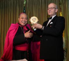 Bernardito Auza overhandigt de Path for Peaceprijs © Holy See Mision to the UN